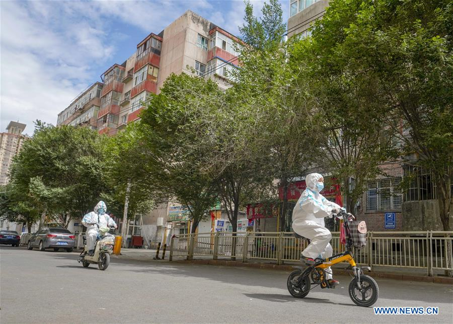 Community Workers in Urumqi Deliver Daily Necessities, Medicine for Residents amid COVID-19