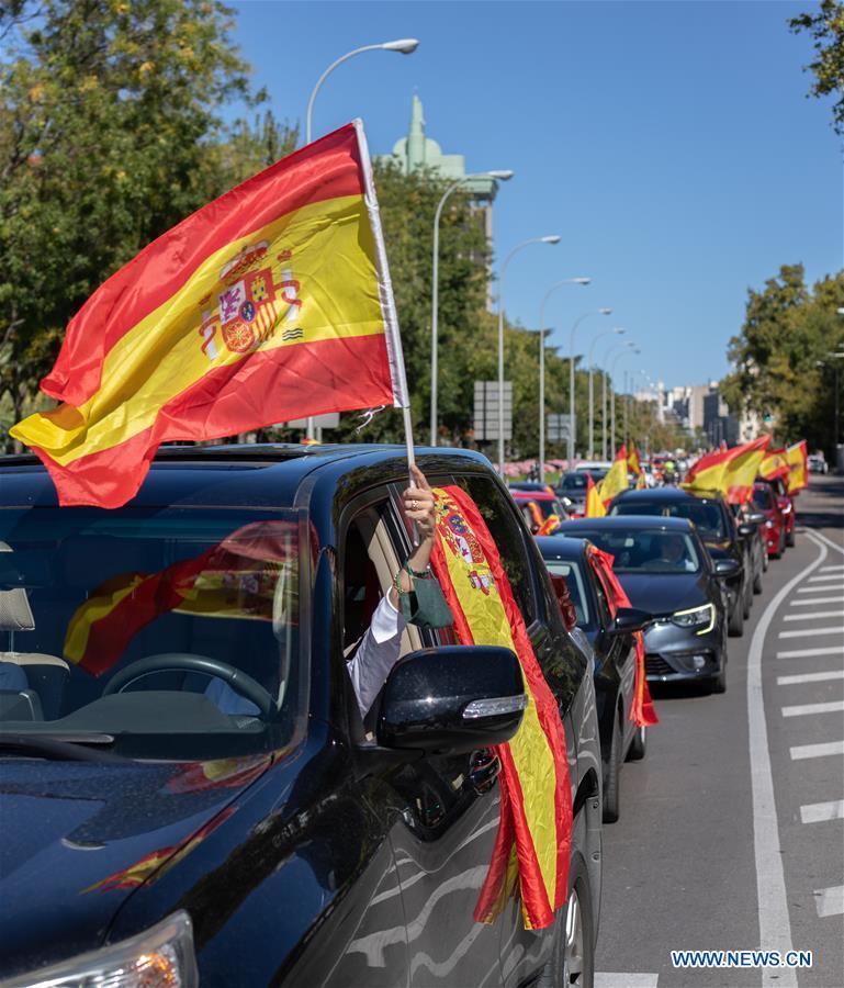 人们在马德里游行期间庆祝西班牙国庆日