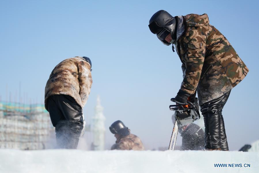 图片故事:寒冷的冬天里的工人