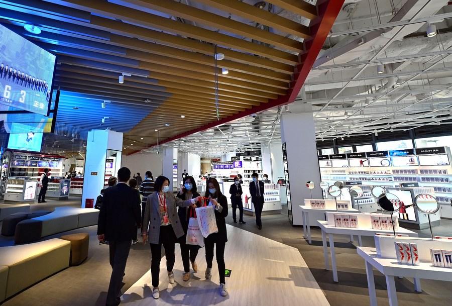 Economic Watch: China's duty-free market expands amid overseas consumption return - Xinhua | English.news.cn
