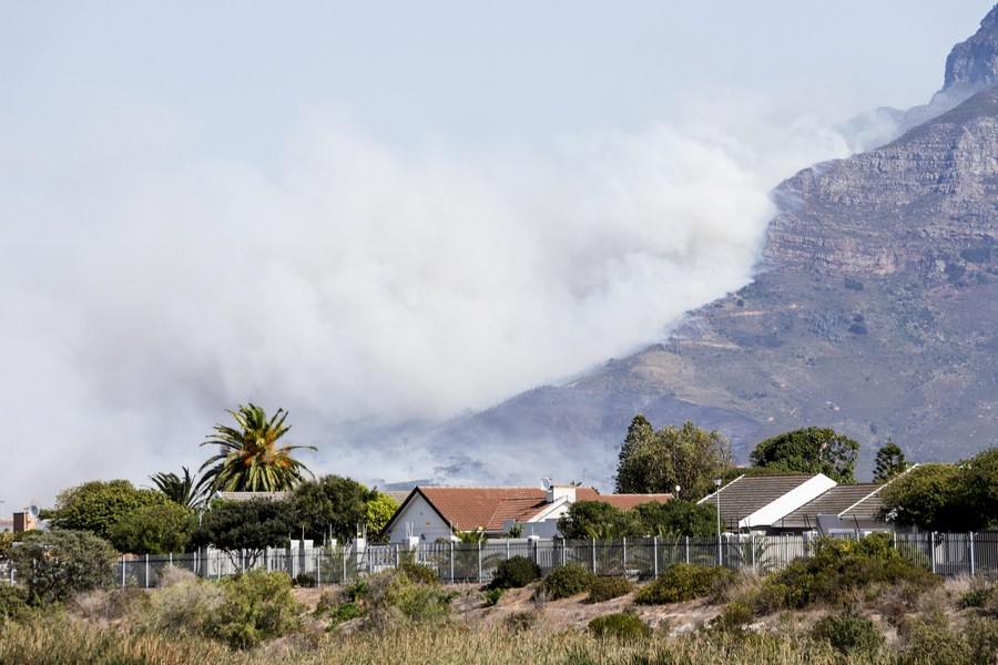 S. Africa's iconic Table Mountain on fire, visitors and university campus evacuated - Xinhua | English.news.cn