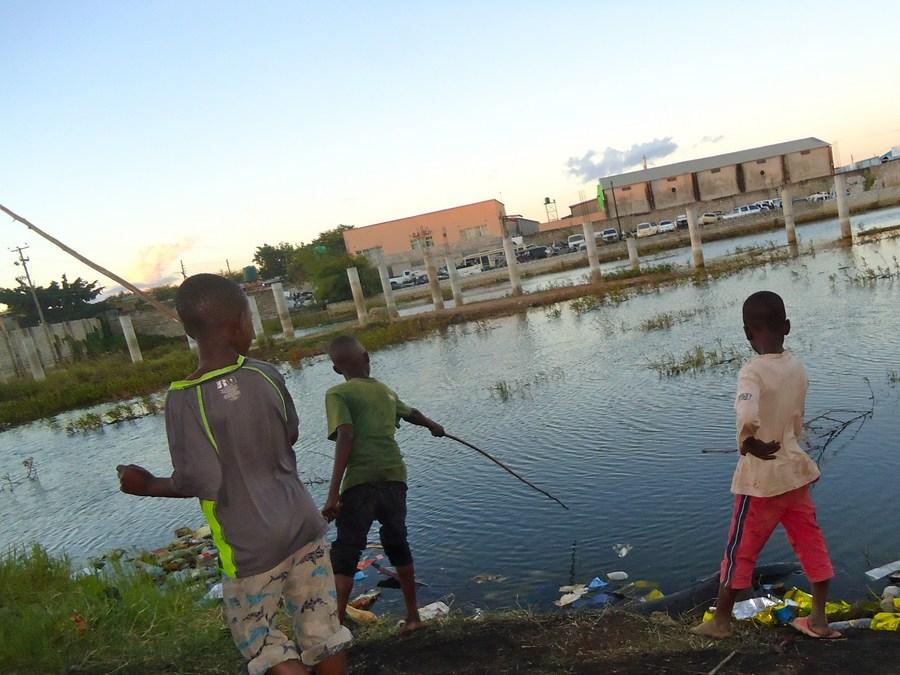 (Hello Africa) Feature: Slum children in Zambia help supplement household food supplies - Xinhua | English.news.cn