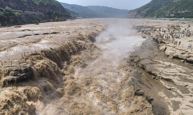 Yellow River's Hukou Waterfall attracts lots of tourists
