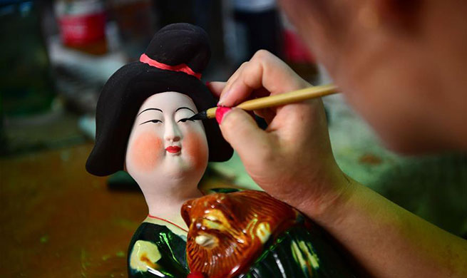 Pic story of tri-colored glazed pottery technique inheritor in China's Henan