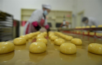 Villagers in China's Hubei cook glutinous rice cakes to greet Spring Festival