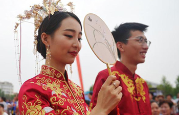 Chinese couples attend group wedding ceremony in north China