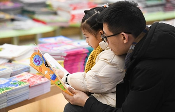 People read books at bookstore in Hefei, E China's Anhui