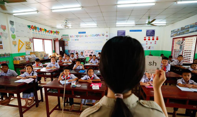 Pic story of Chinese volunteer teachers at China-aided elementary school in Laos