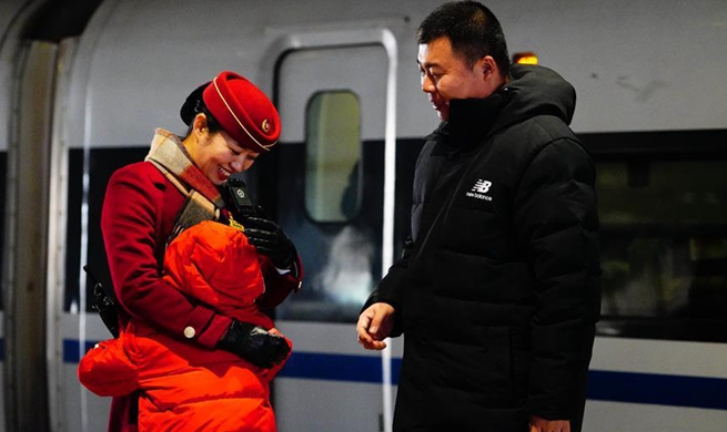 Precious three-minute family reunion at railway station in Hebei