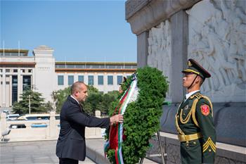 Bulgarian president lays wreath at Monument to the People's Heroes in Beijing