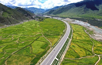 Scenery along highway linking Lhasa, Nyingchi