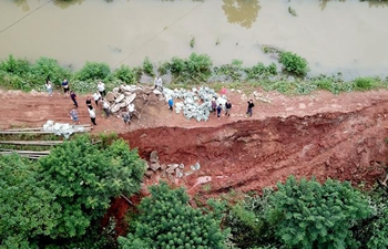 People reinforce dike to fight against flood in Hunan