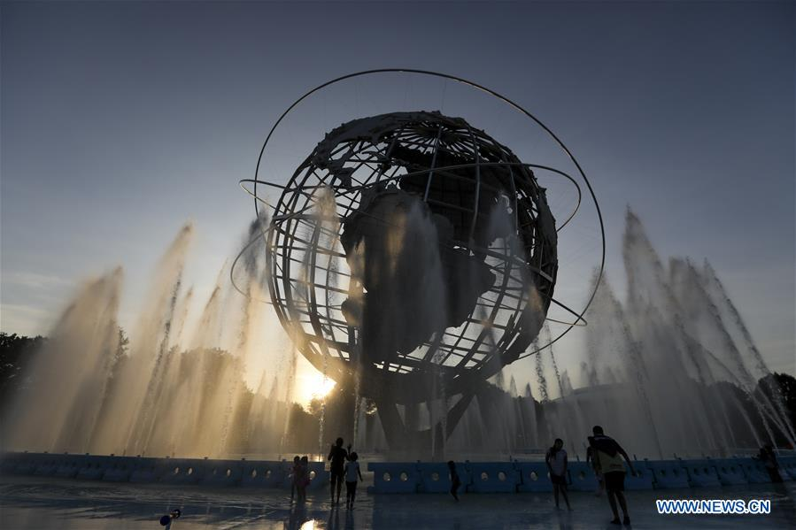 Children play with water in New York - Xinhua | English news cn