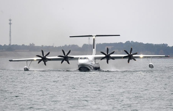 China-made large amphibious aircraft completes first water takeoff
