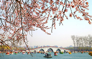 People enjoy scenery of early spring across China
