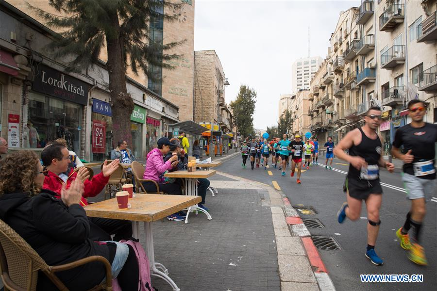 People cheer for runners taking part in the 7th International Jerusalem Winner Marathon in Jerusalem, on March 17, 2017. (Xinhua/Guo Yu)