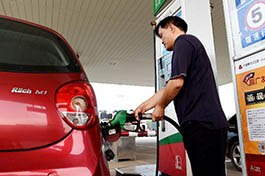 News Analysis: Low oil prices drive up China's crude oil imports