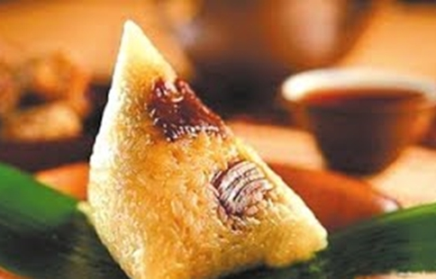 Make and eat Zongzi, traditional food for China's Dragon Boat Festival