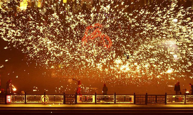 People perform fire dragon dance to welcome new year in E China