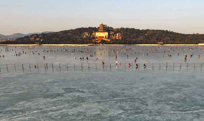 People have fun on ice rink in Beijing's Summer Palace