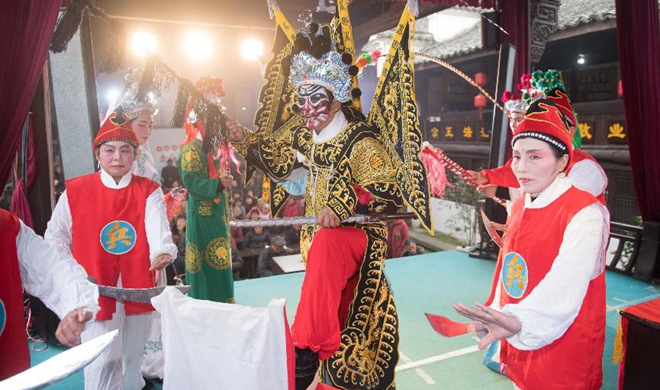 Art troupes perform for villagers in Zhejiang to greet Spring Festival