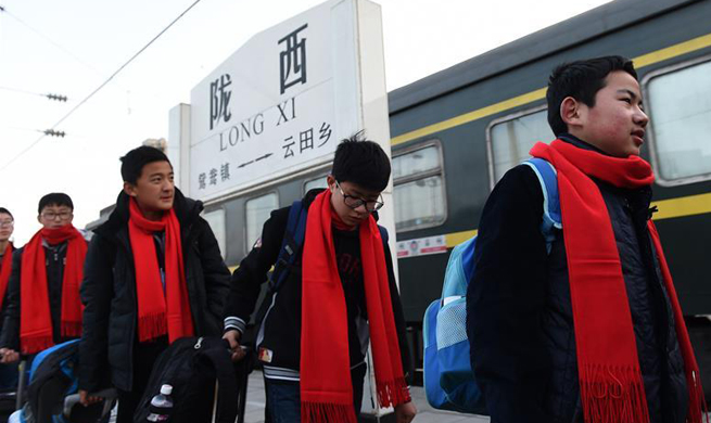 Pic story: migratory students' 36-hour journey during Spring Festival travel rush
