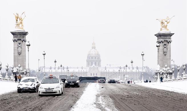 Heavy snowfall hits Paris region