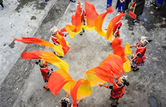 People perform dragon dance to celebrate Spring Festival in central China's Hunan