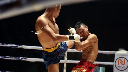 Soe Lin Oo fights with Payak Samui in Myanmar traditional boxing
