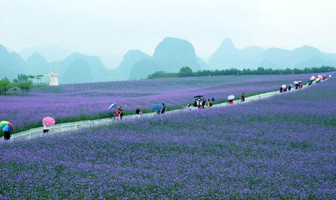 People enjoy Labor Day holiday across China