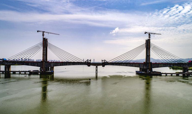 Hanjiang Bridge of Menghua Railway under construction in C China's Hubei