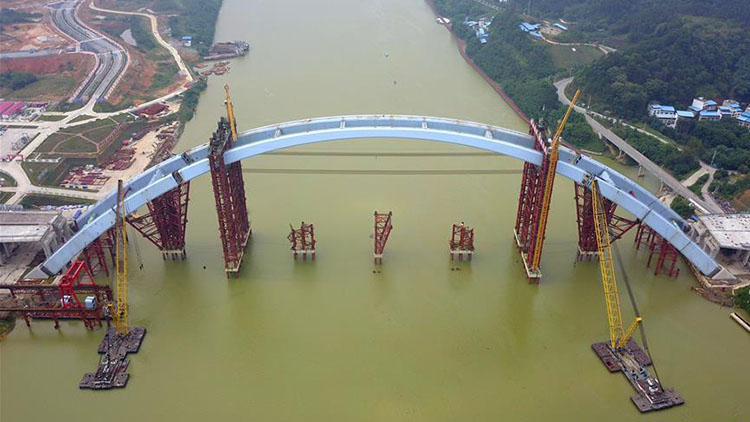 Middle bridge arch of Liuzhou Guantang Bridge hoisted to installation position