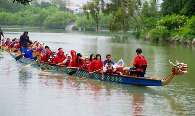 Pupils experience dragon boat racing in Fuzhou, SE China
