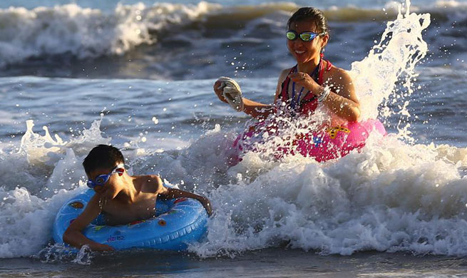 People play amid high temperature in Sanya, S China's Hainan