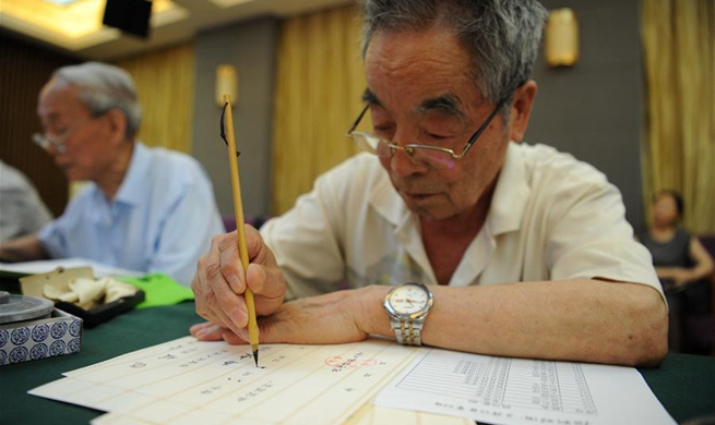 Alumni, retired teachers from Shaanxi Normal University write admission letters for freshmen