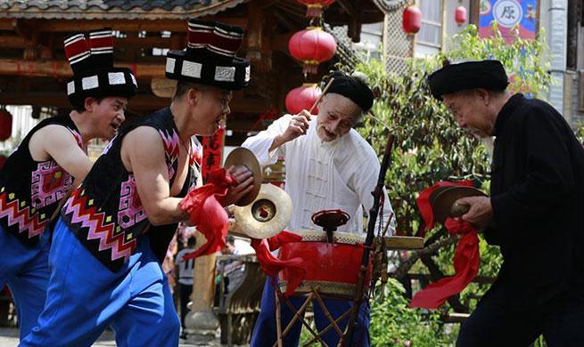 Folk artist performs Daliuzi in C China's Hunan