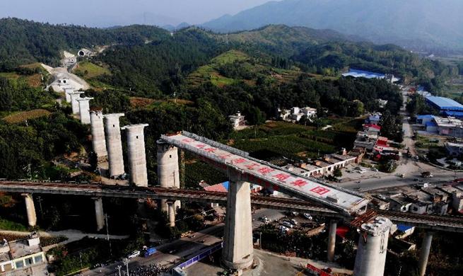 Grand bridge over Nanjing-Xi'an railway completes rotation construction