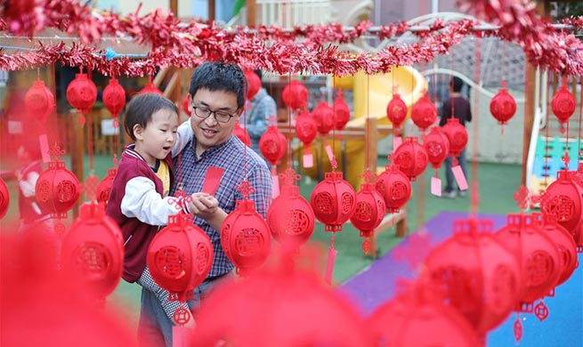 People guess lantern riddles to welcome upcoming Mid-Autumn Festival in Hebei