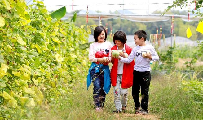 Tourists enjoy National Day holiday across China