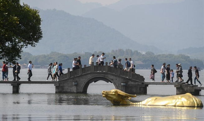 People enjoy last day of National Day holidays in Hanzhou