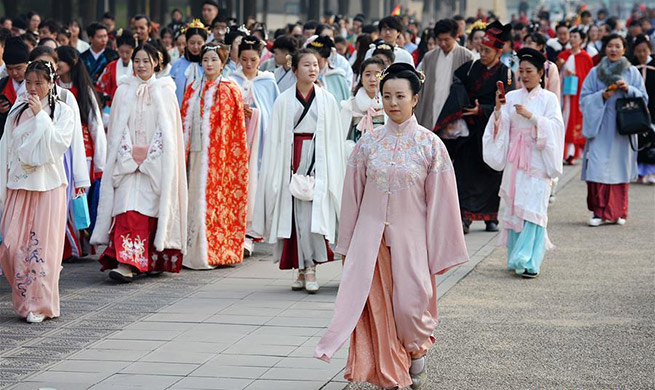 Hanfu lovers promote traditional Chinese culture in Xi'an