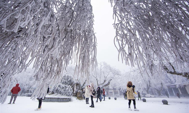 People enjoy snow scenery across China