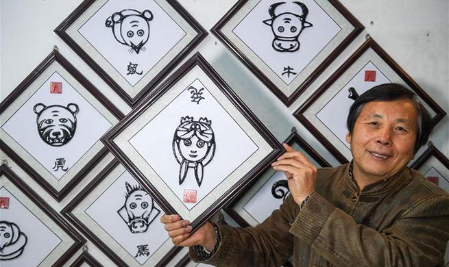 "Pic story: Deng Zhiyuan, master of ""Wushan Iron Calligraphy"""