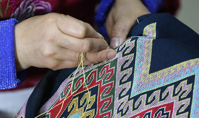 Workers make tapestry of Tujia ethnic group in central China's Hunan