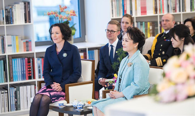 Peng Liyuan attends performance with Finnish first lady