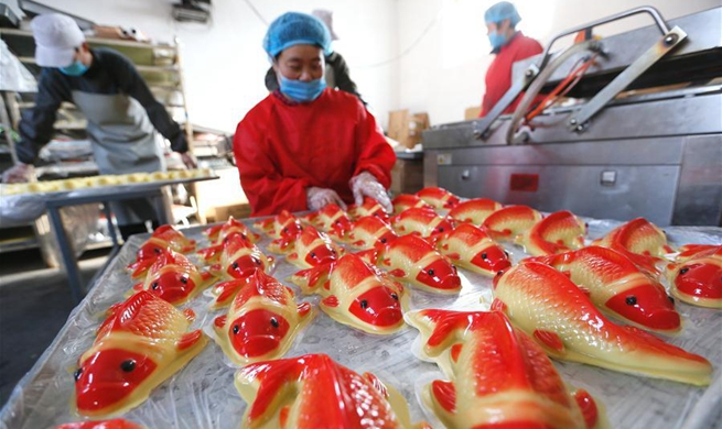Villagers make rice cakes in Lijiazhuang Village, E China's Shandong