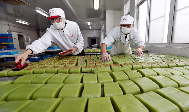 Workers in Jiangsu's Wuxi busy making rice cakes as Spring Festival approaches