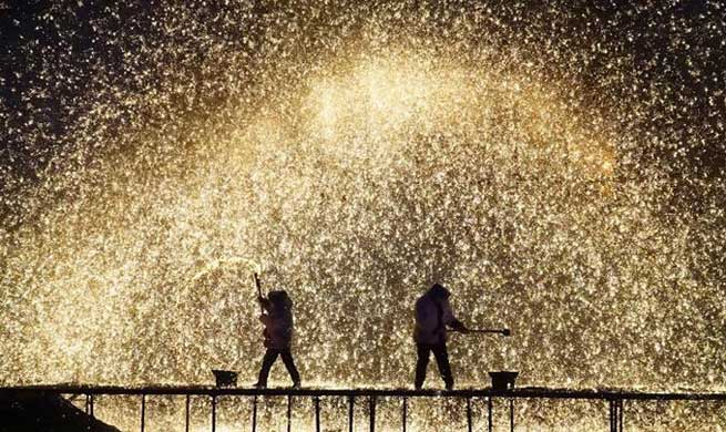 Folk artists spray molten iron to celebrate Spring Festival