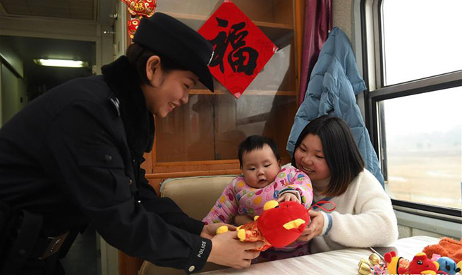 In pics: Kids taken care of during Spring Festival travel rush