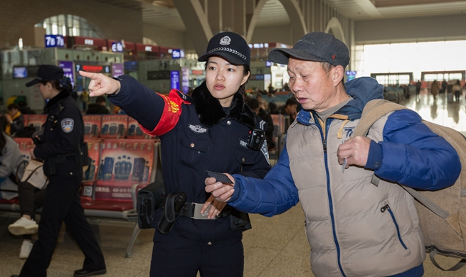 Police busy helping passengers during Spring Festival travel rush in N China's Hebei